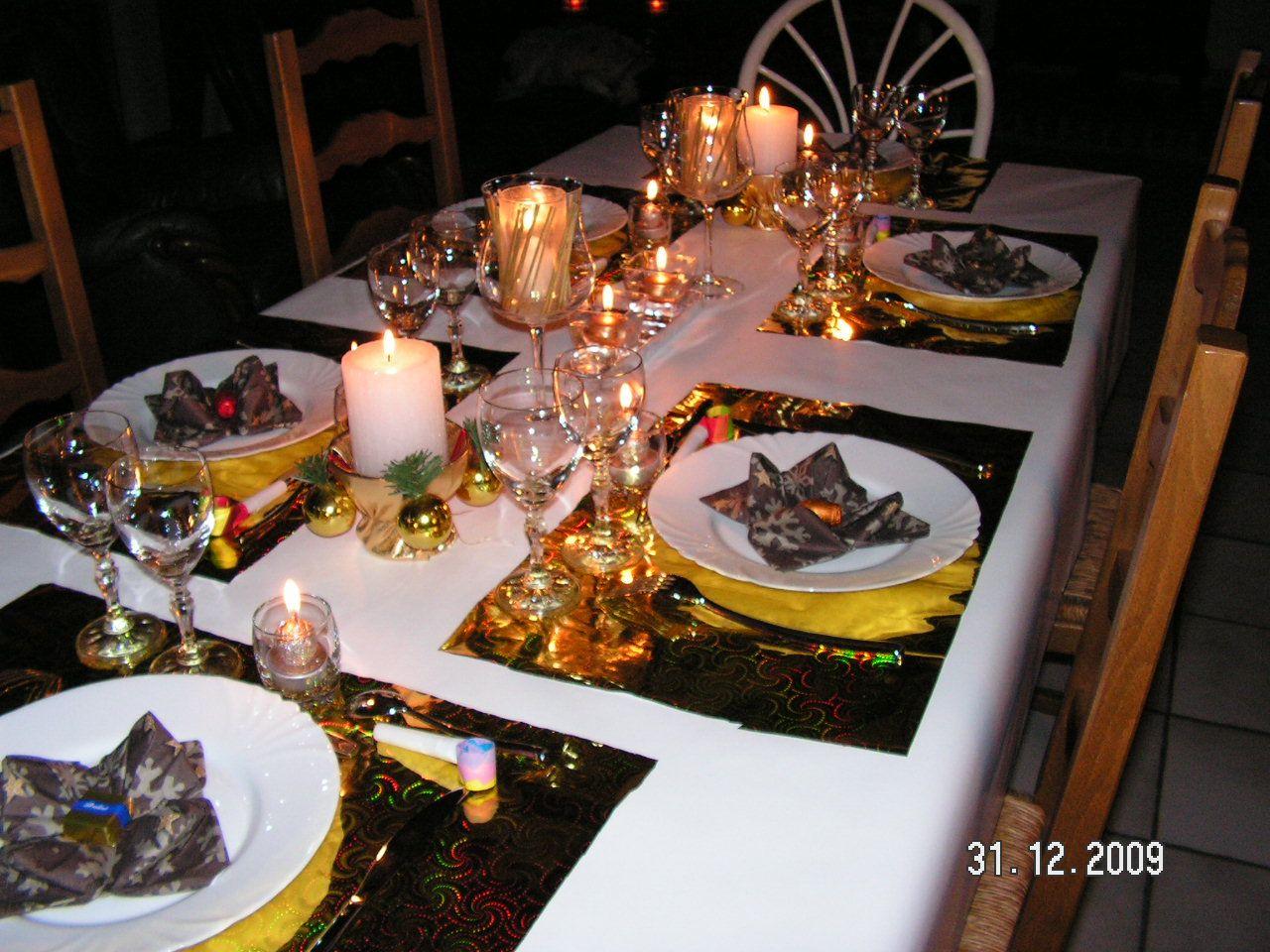 Deco table reveillon free un r veillon du nouvel an rouge et or table de r veillon deco table for Decoration reveillon nouvel an